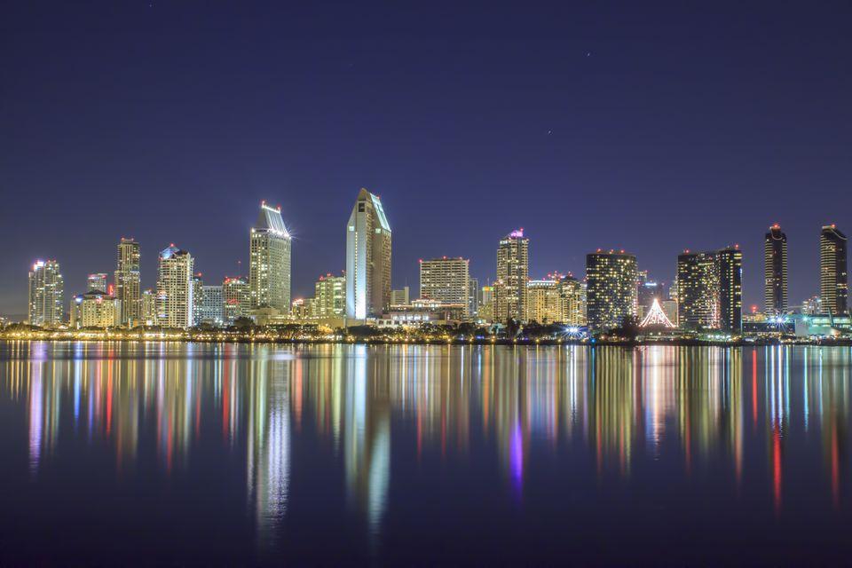Horizonte de San Diego y reflexiones en la noche