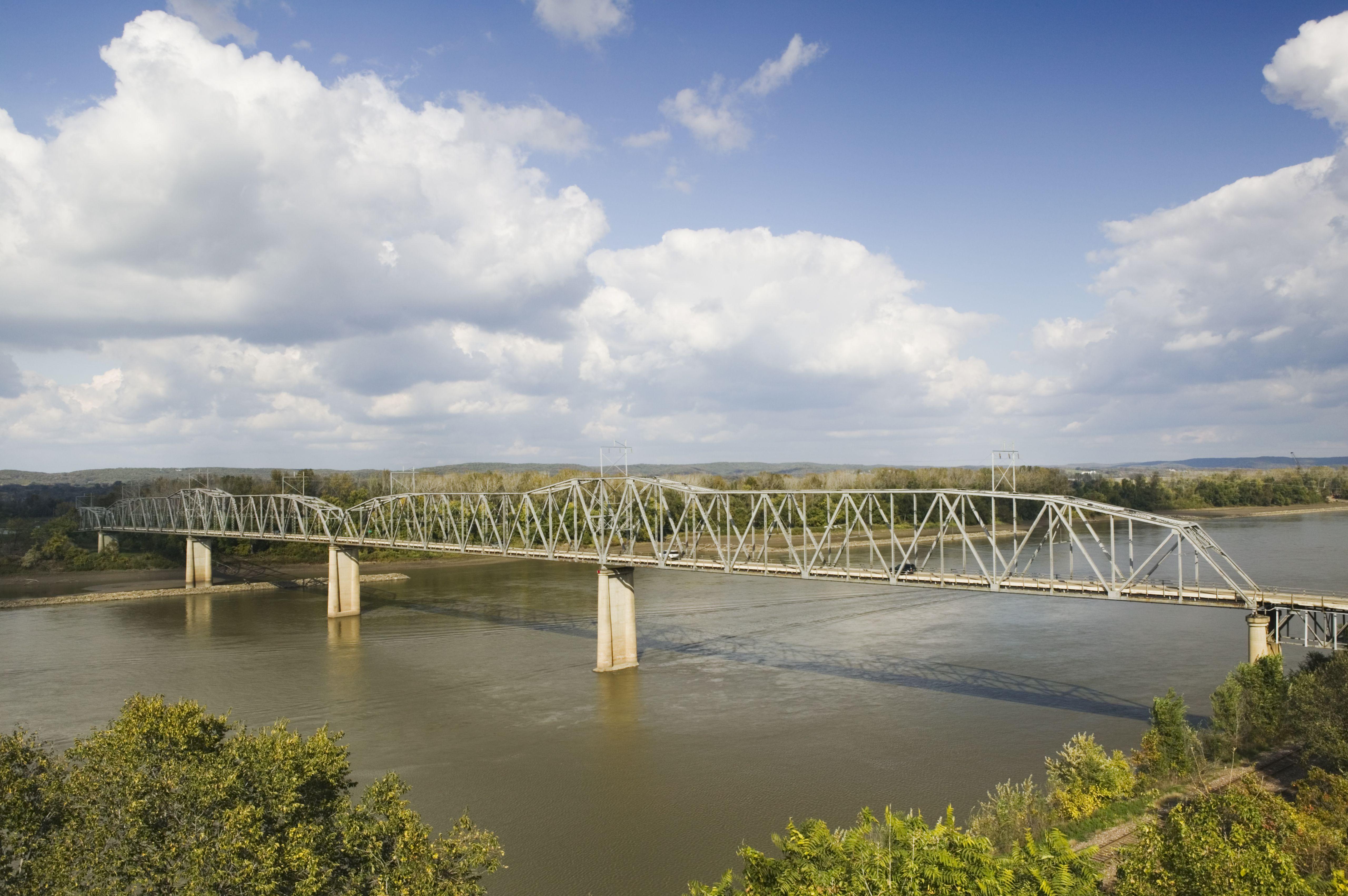 Puente sobre el río en Hermann missouri