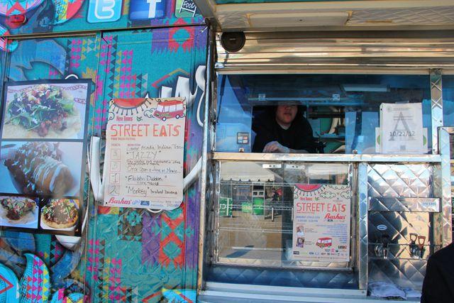 Un camión de comida colorido