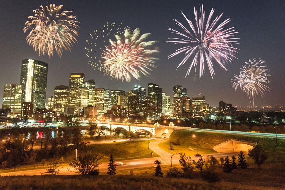 horizonte de calgary con fuegos artificiales para el año nuevo