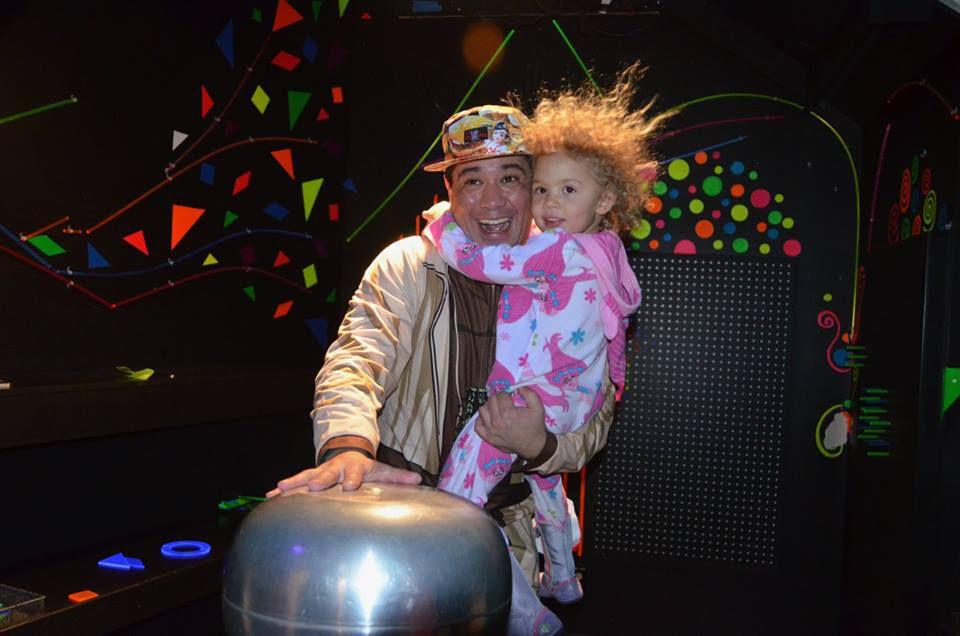 Familia en la celebración de Nochevieja del Museo de los Niños Imagine