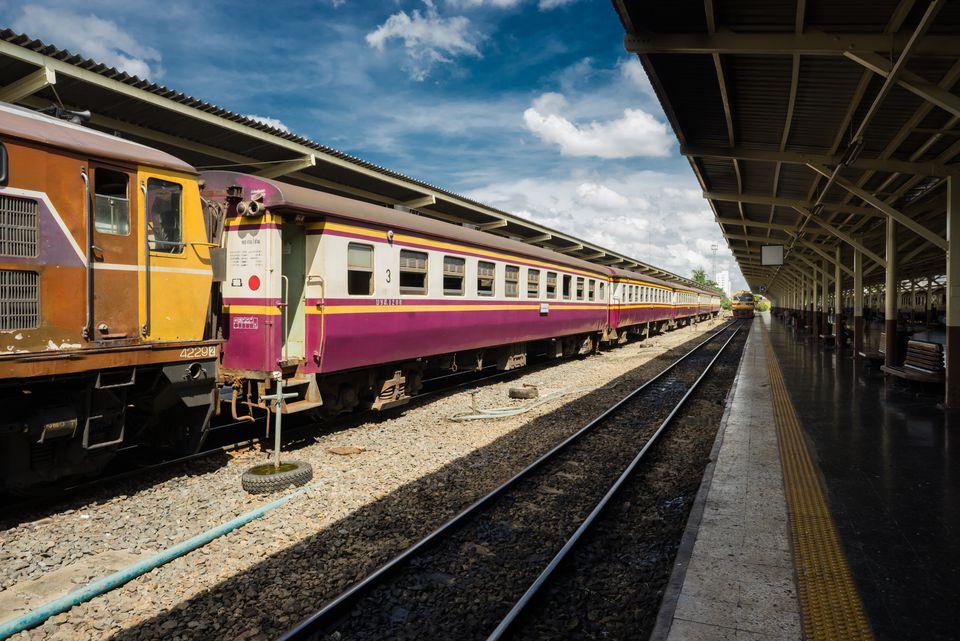Un tren tailandés en la estación de Bangkok