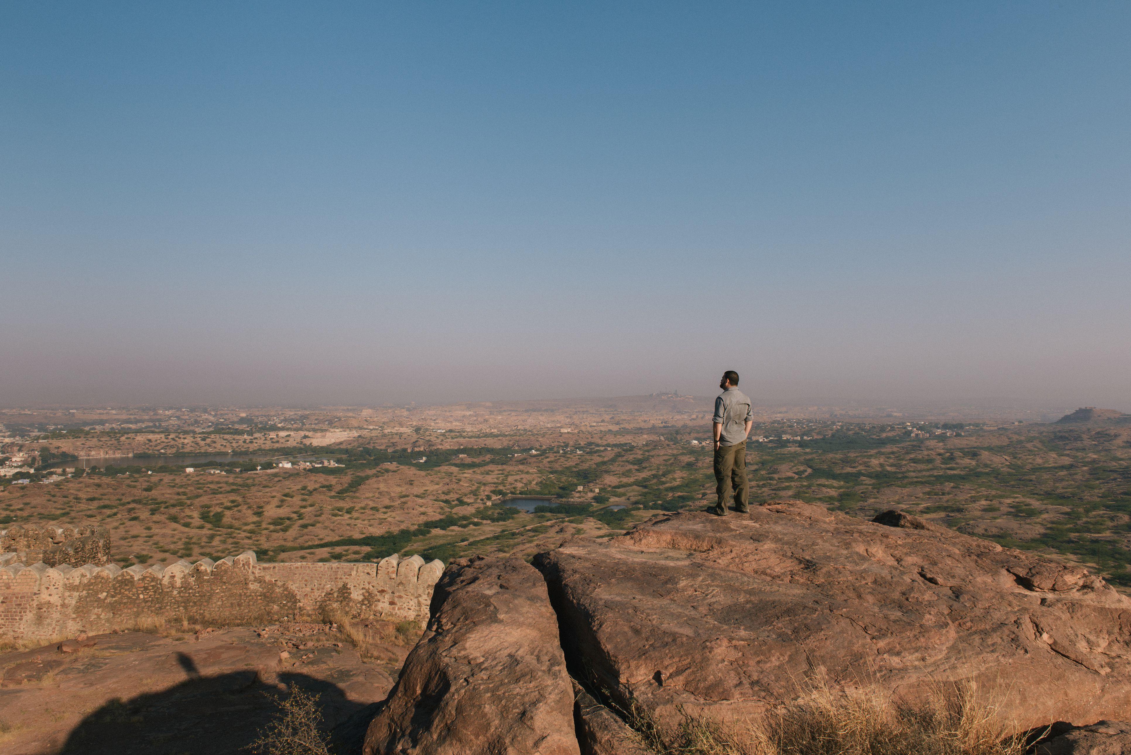 Hombre de pie sobre una roca en el Parque de rocas del desierto Rao Jodha, Jodhpur, Rajasthan, India