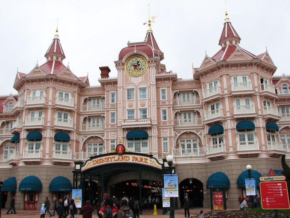 Disneyland Paris 001 Arrival at Disneyland Paris' impressive ticket gates