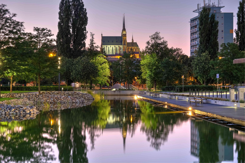 Reflejo de edificios en el lago en Brno
