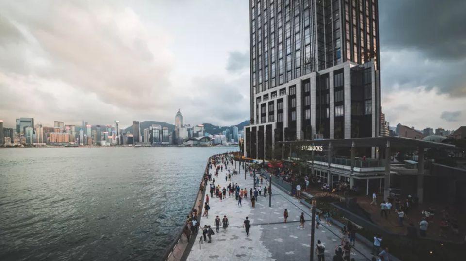 Bahía de Hong Kong y horizonte con gente caminando