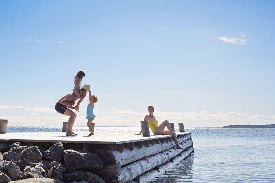 Familia joven en el muelle en Utvalnas, Gavle, Suecia