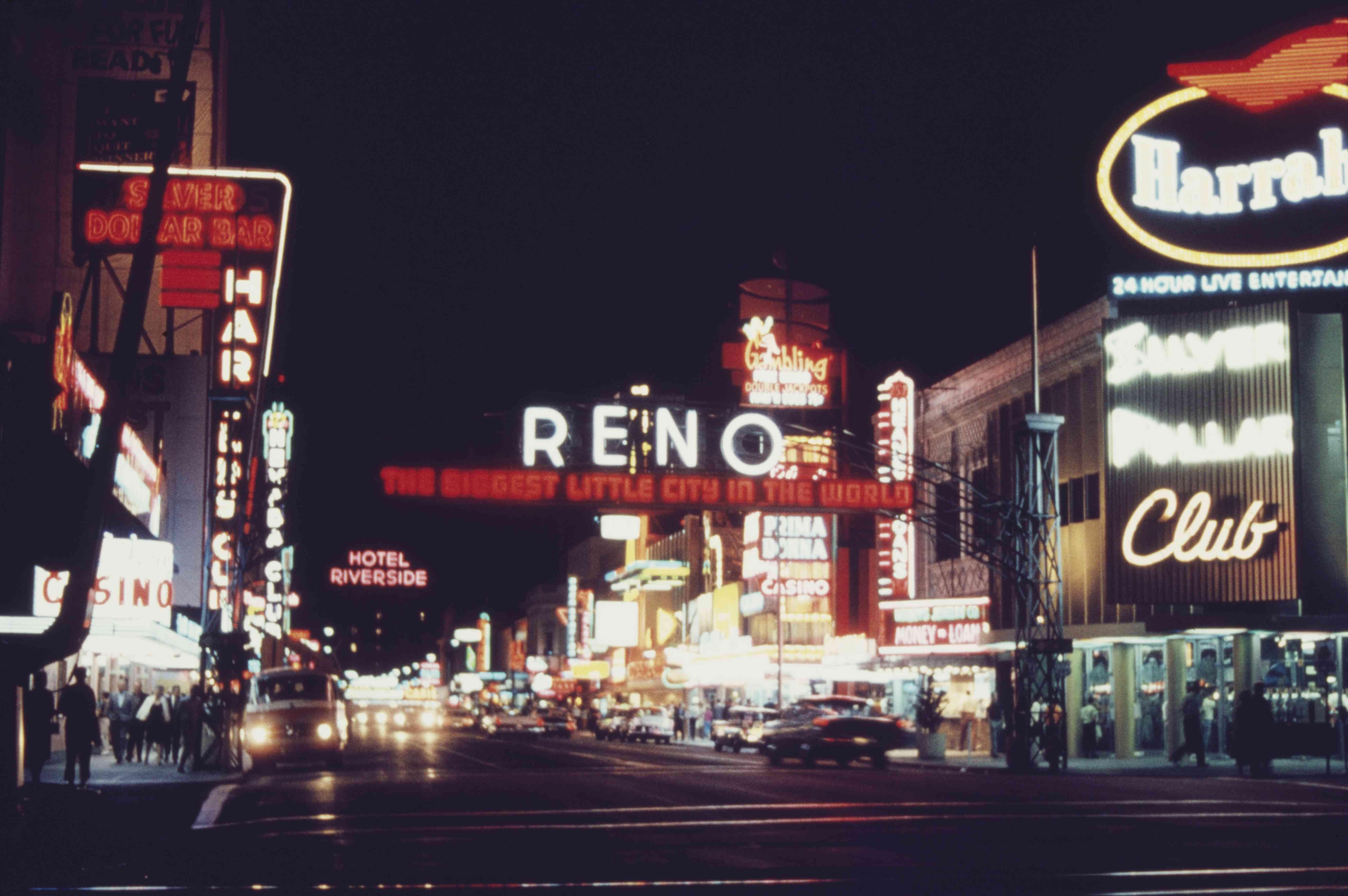 Reno, Nevada en la noche con letreros de neón que iluminan una calle oscura
