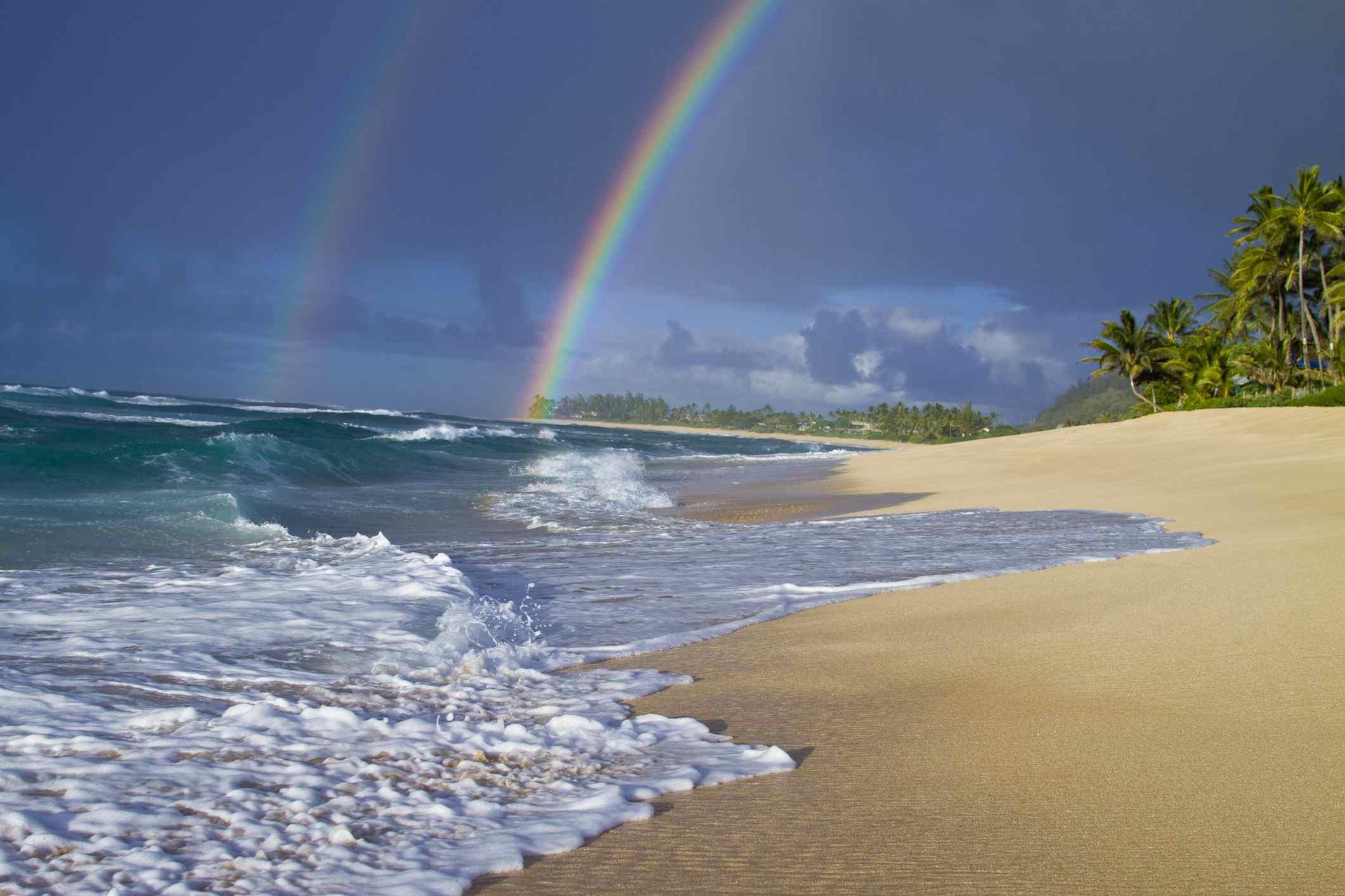 Un increíble arco iris doble sobre Rocky Point, en la costa norte de Oahu, Hawai