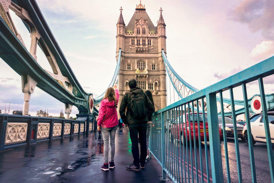 Familia en el puente de la torre