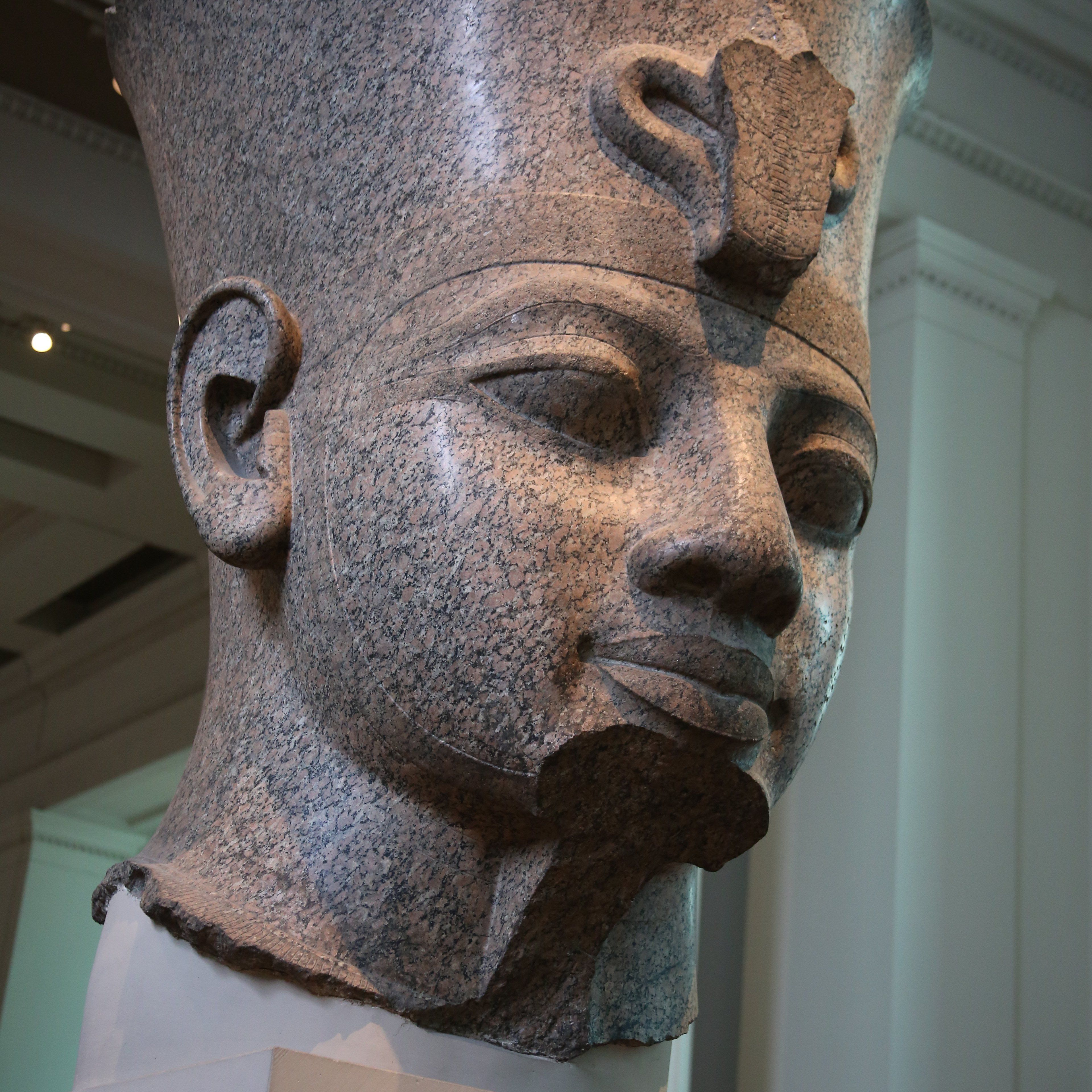 Cabeza de granito colosal de Amenhotep III en el Museo Británico