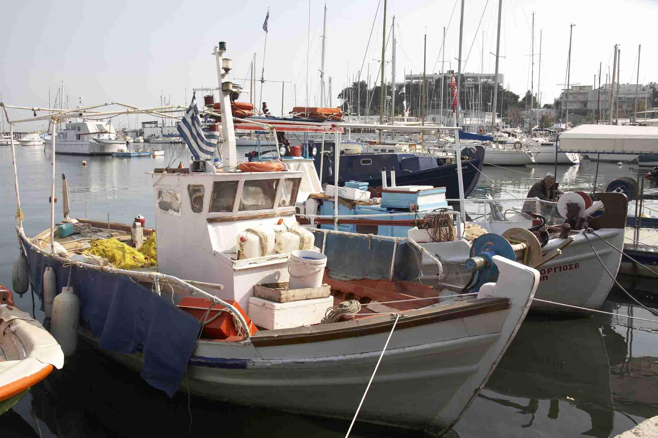 Barcos de pesca en Atenas, Grecia