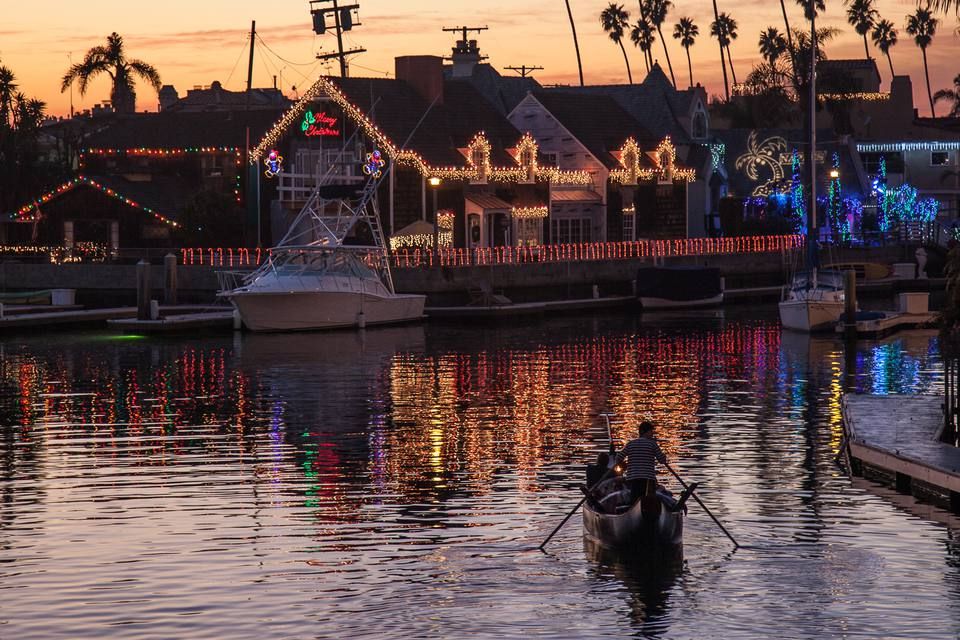 a gondola tour of christmas lights around naples island in long beach ca