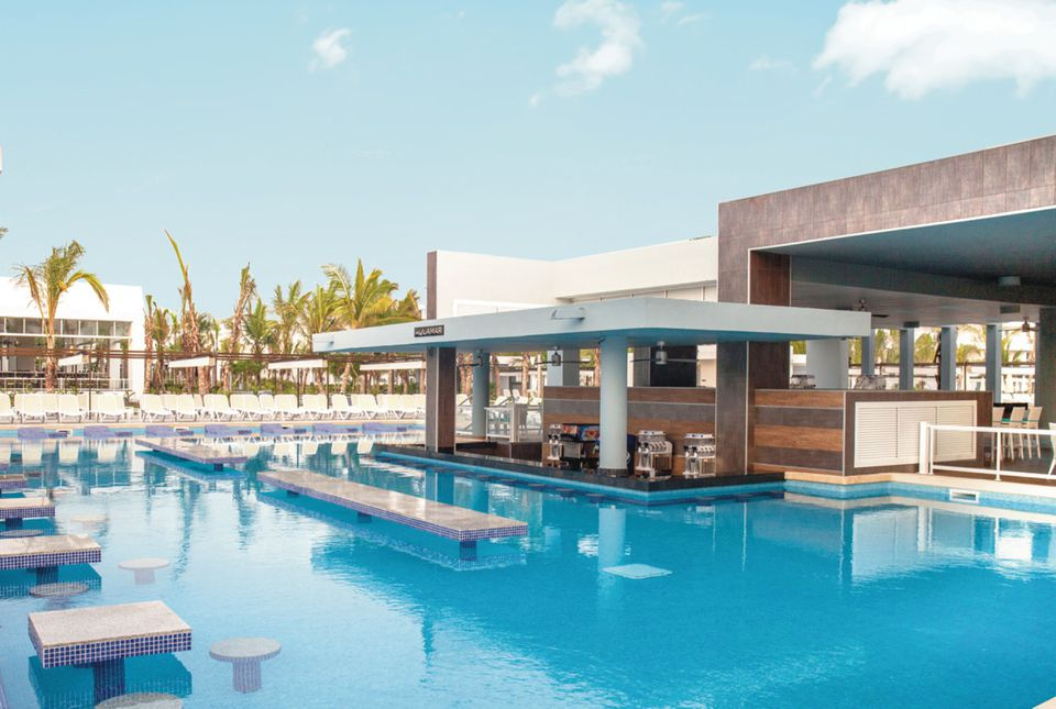 Riu Republica pool and bar