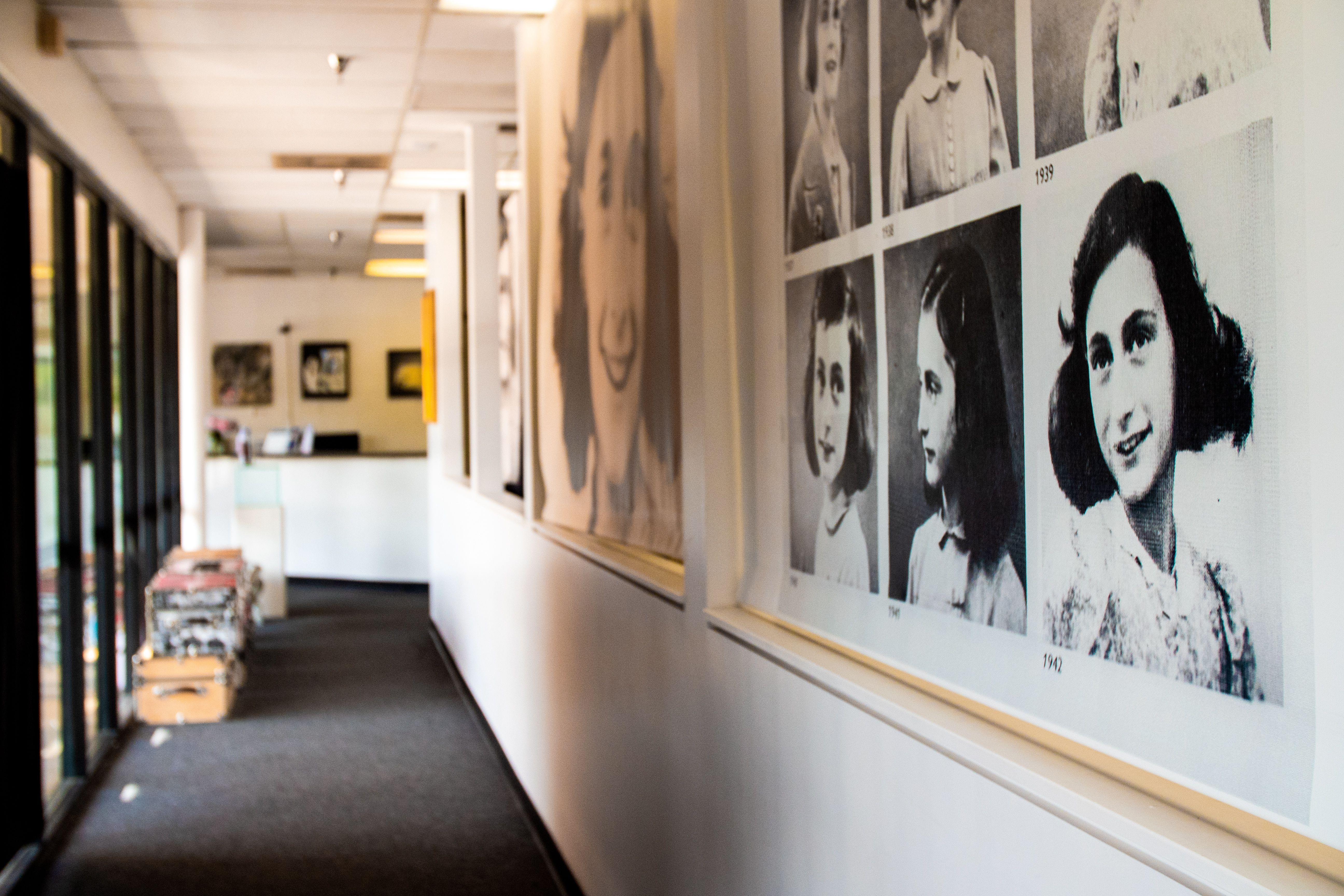 Retratos de anne frank colgados en una pared