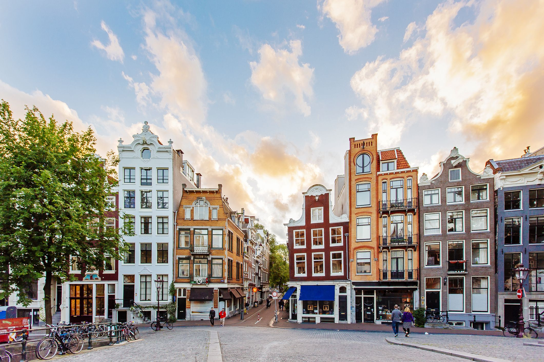 Horizonte de Amsterdam con casas holandesas tradicionales durante la puesta de sol, Holanda, Países Bajos