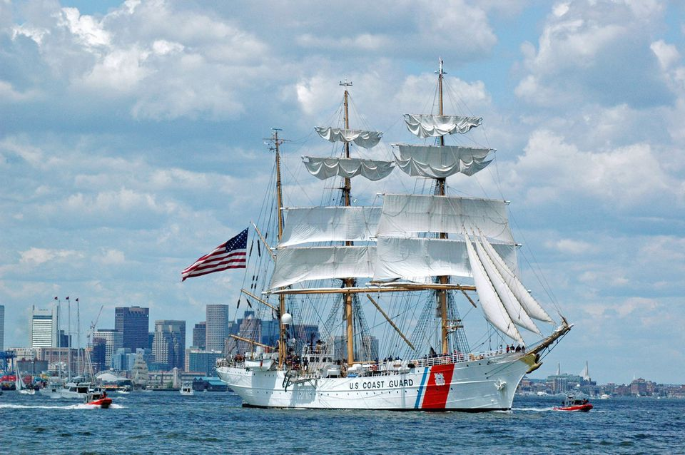 Guardacostas de EE. UU. Tall Ship en Sail Boston