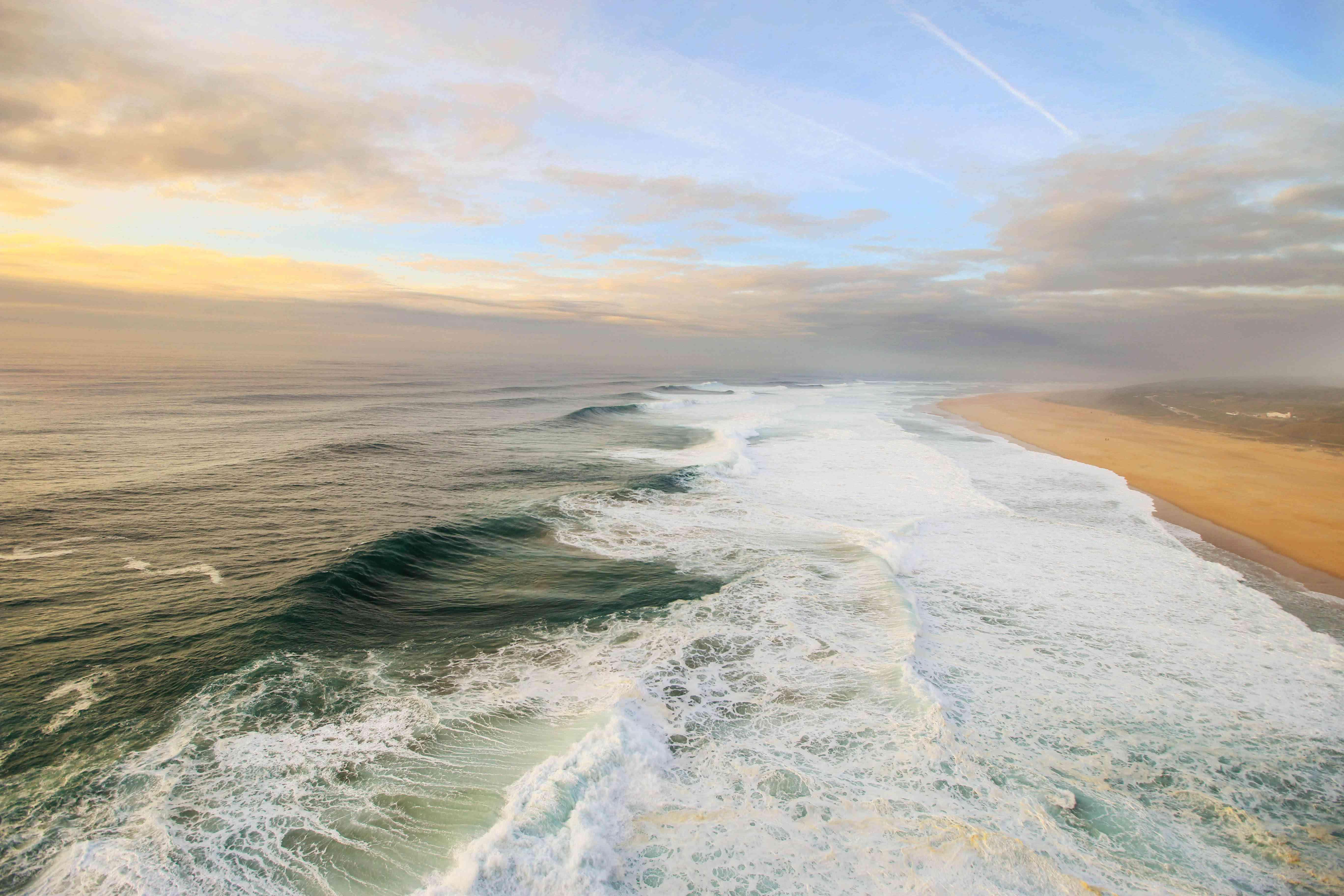 Grandes olas en una playa en Portugal