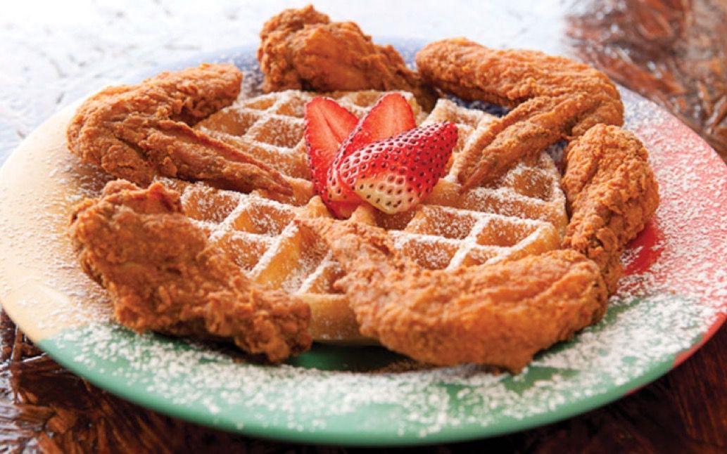 Pollo y waffles en el desayuno Klub