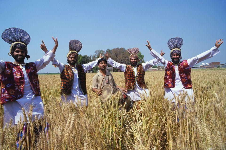 Danza de la cosecha en Punjab, India
