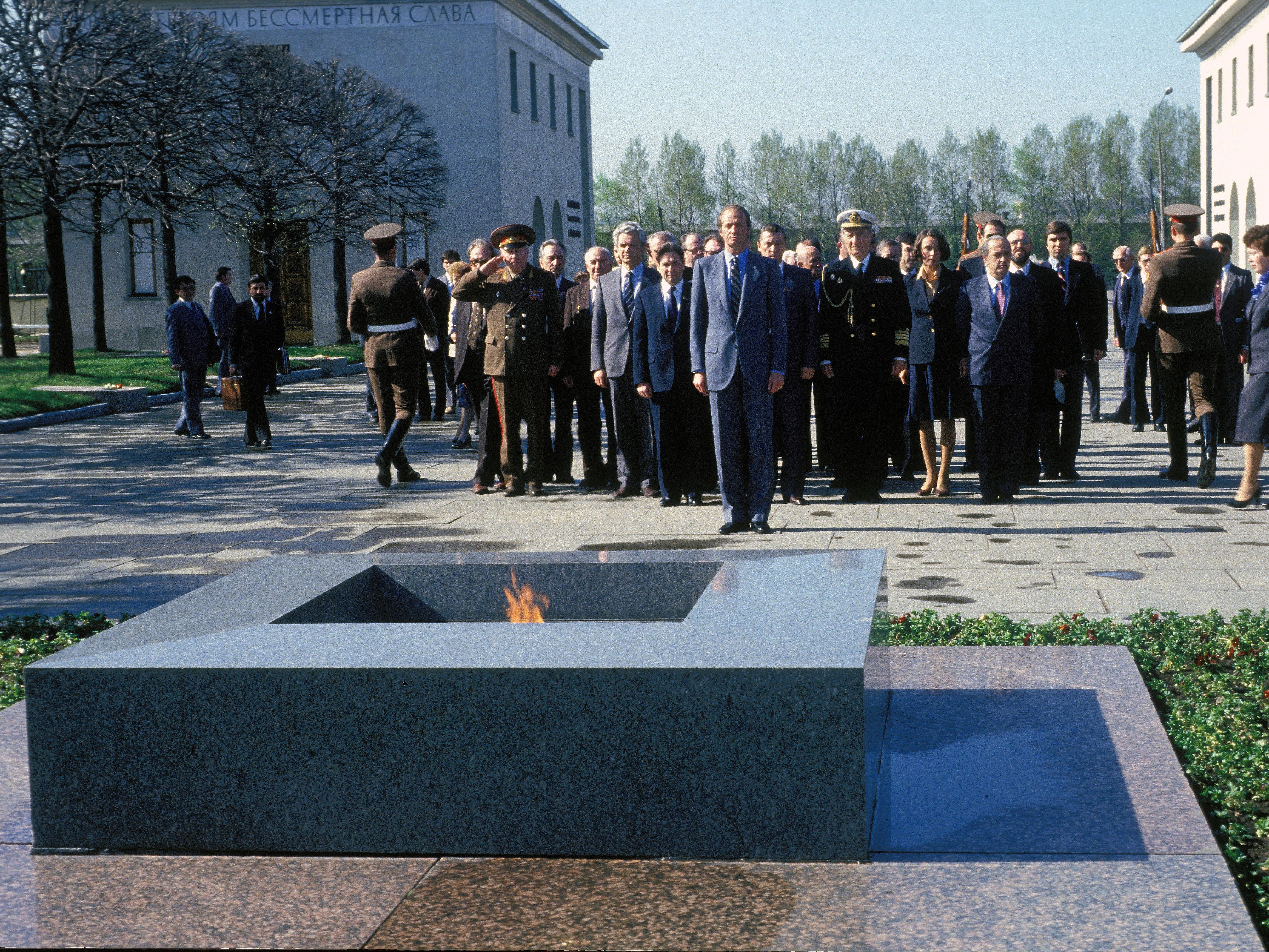 May, 1984. Leningrad, USSR. Official visit of the Kings of Spain Juan Carlos and Sofia to the Soviet Union. King Juan Carlos during a floral offering at the cemetery Piskariovskoye at Leningrad.
