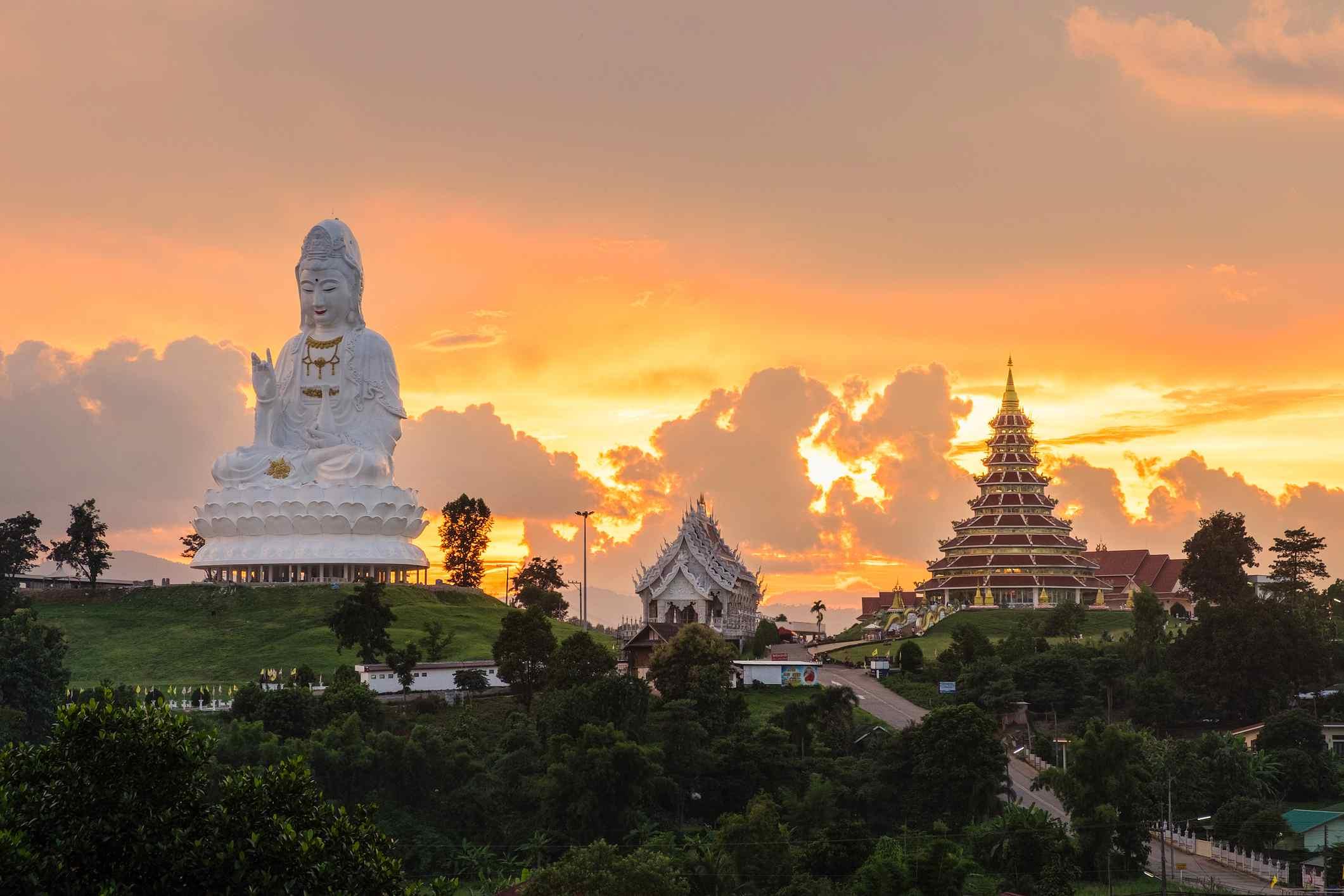 Hermosa puesta de sol en el templo wat hyua pla kang (templo chino) Chiang Rai, Tailandia