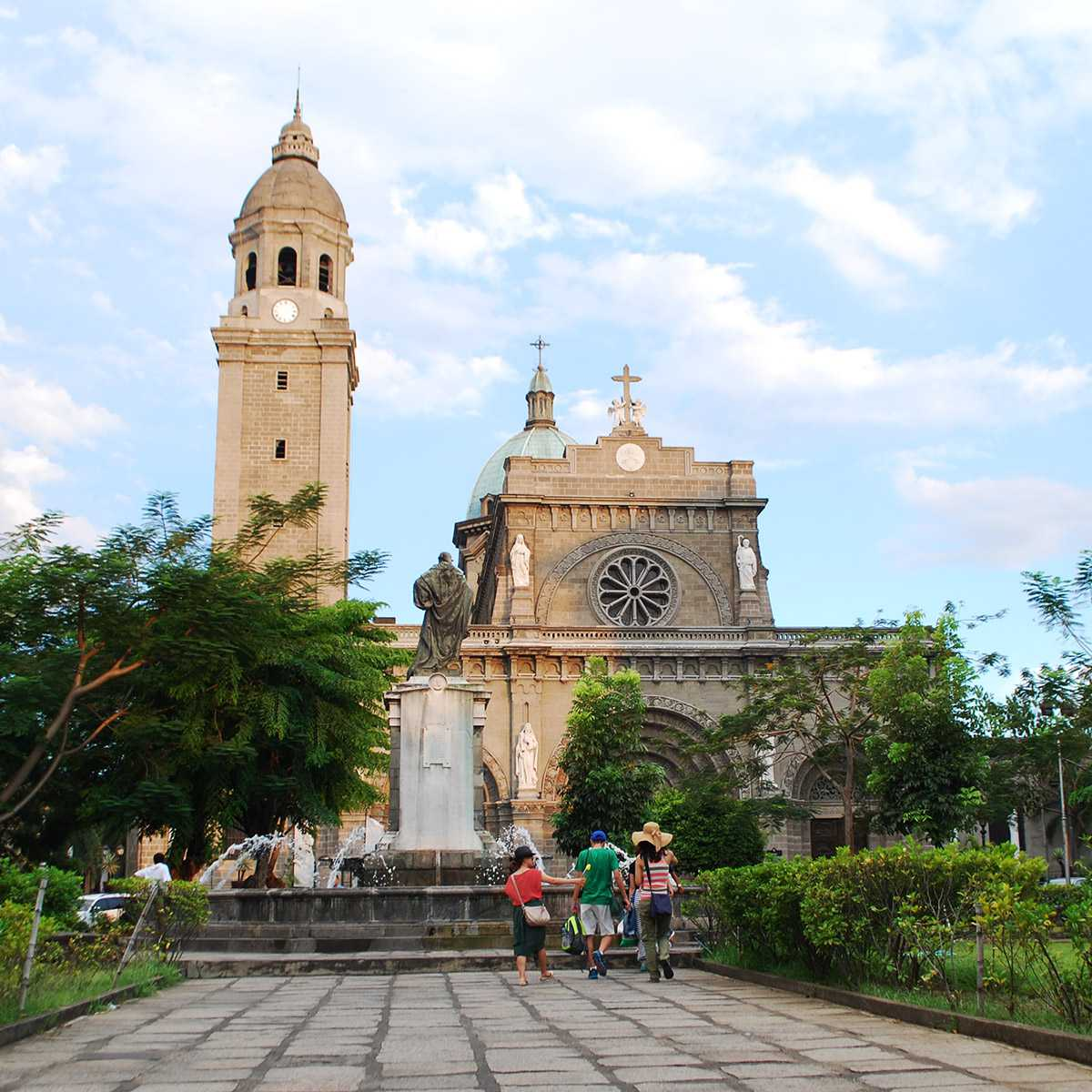 Manila Cathedral, as seen from Plaza Roma