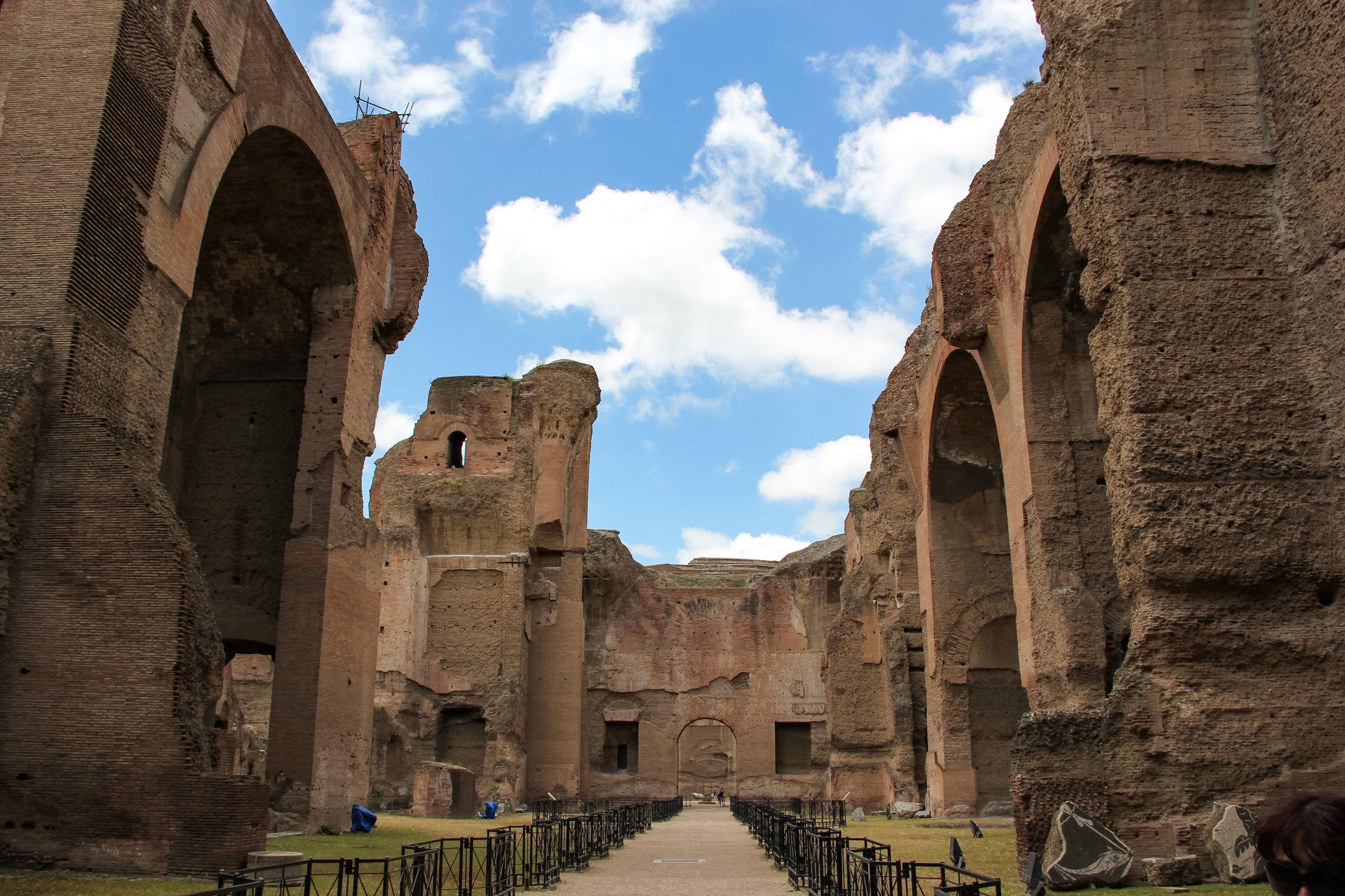 Ruinas antiguas en los baños de Caracalla contra el cielo
