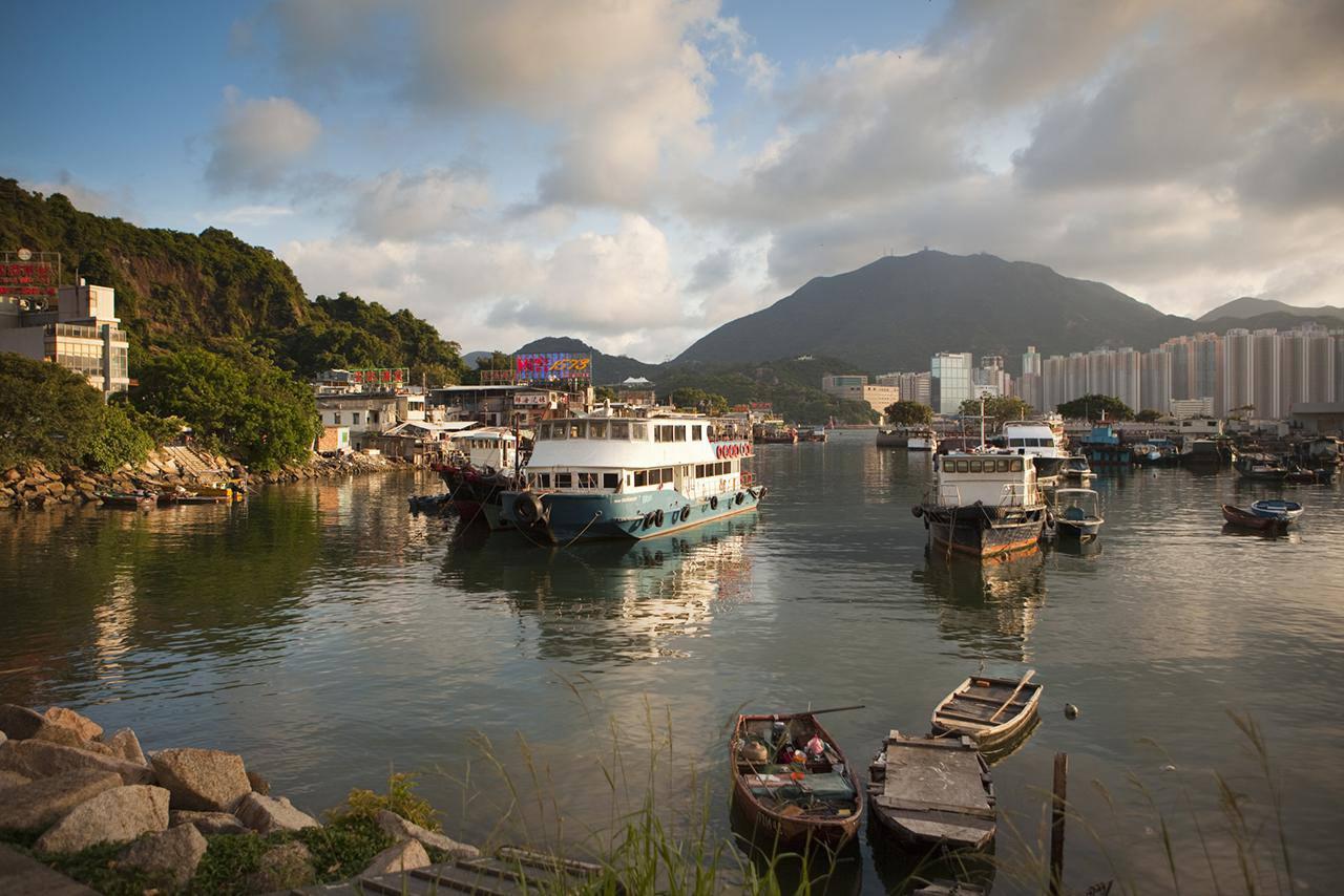Barcos de pesca en el puerto, bazar de mariscos Lei Yue Mun