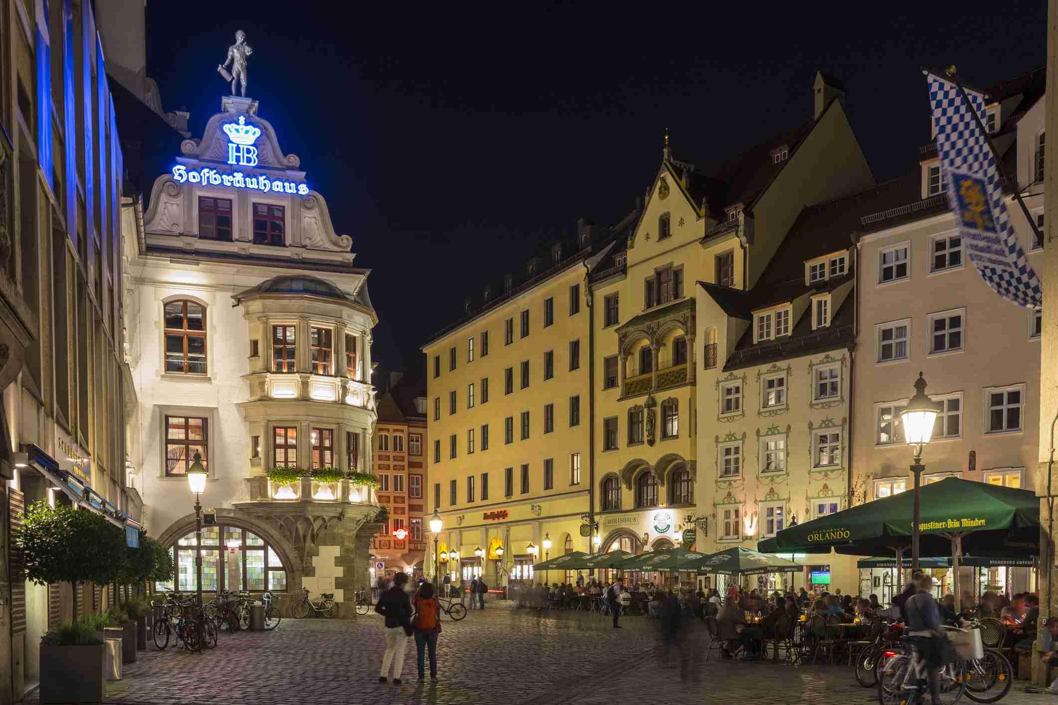 La Hofbrauhaus en la noche en Munich, Alemania