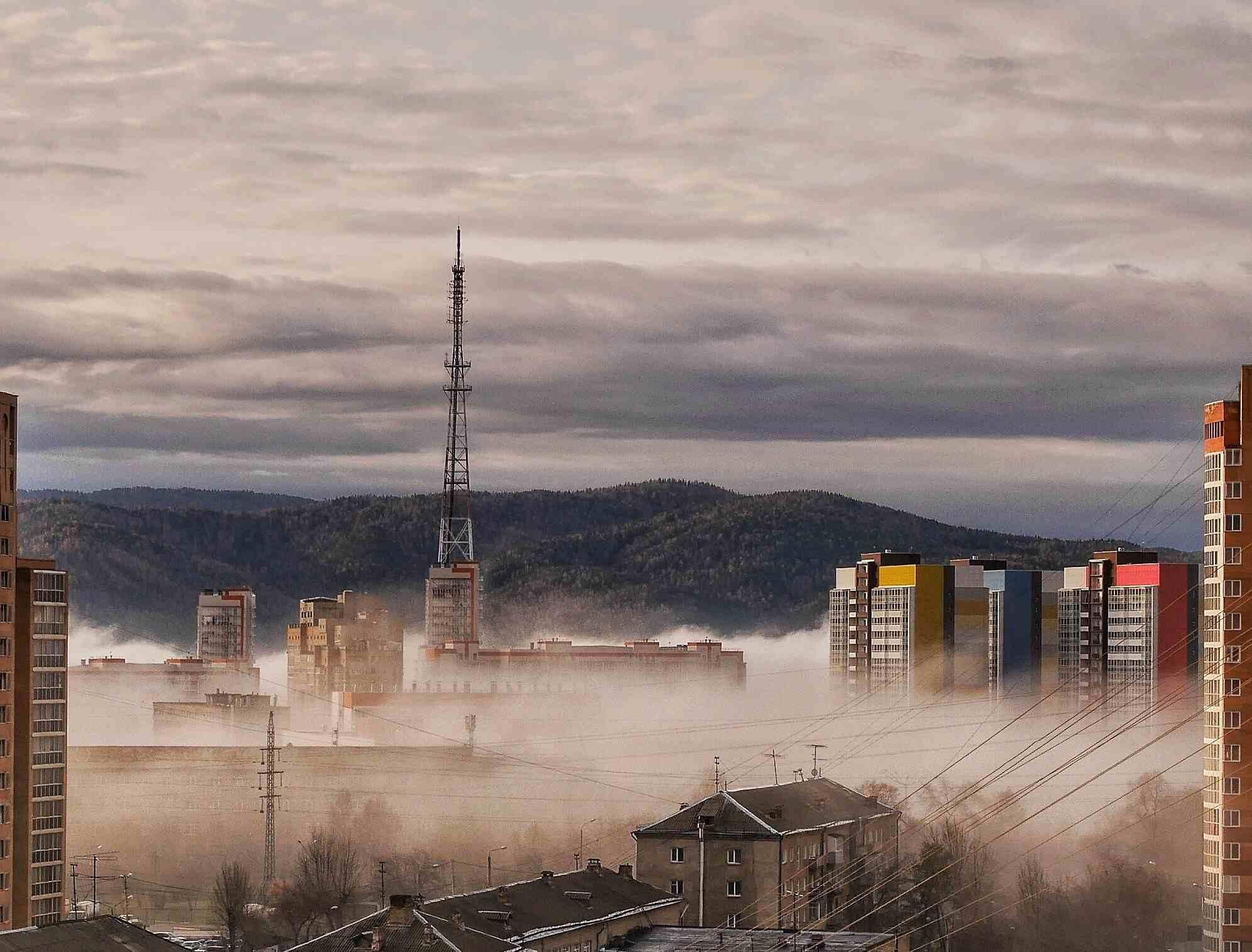 Vista de la fábrica contra el cielo nublado