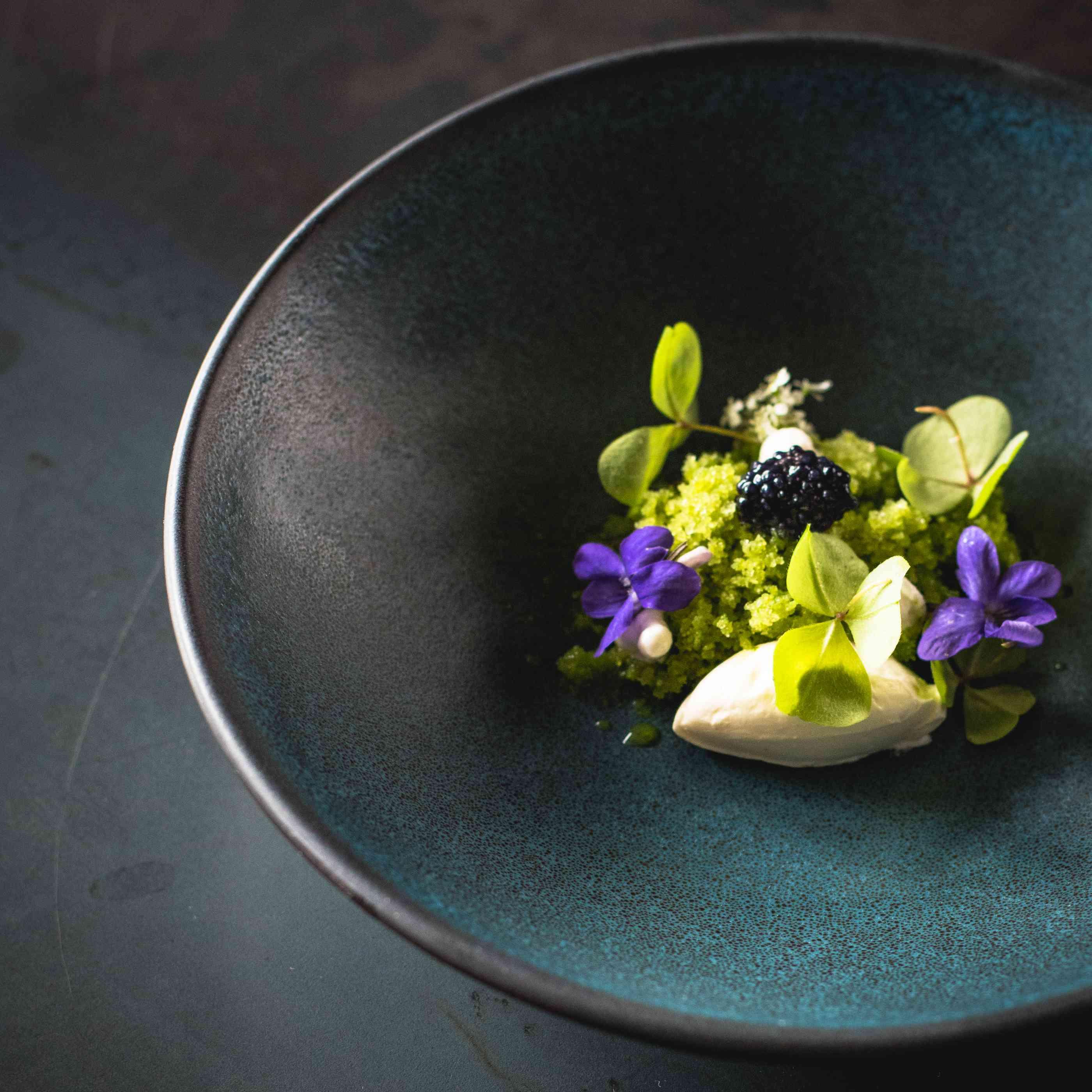 flores y comida en un plato azul moderno