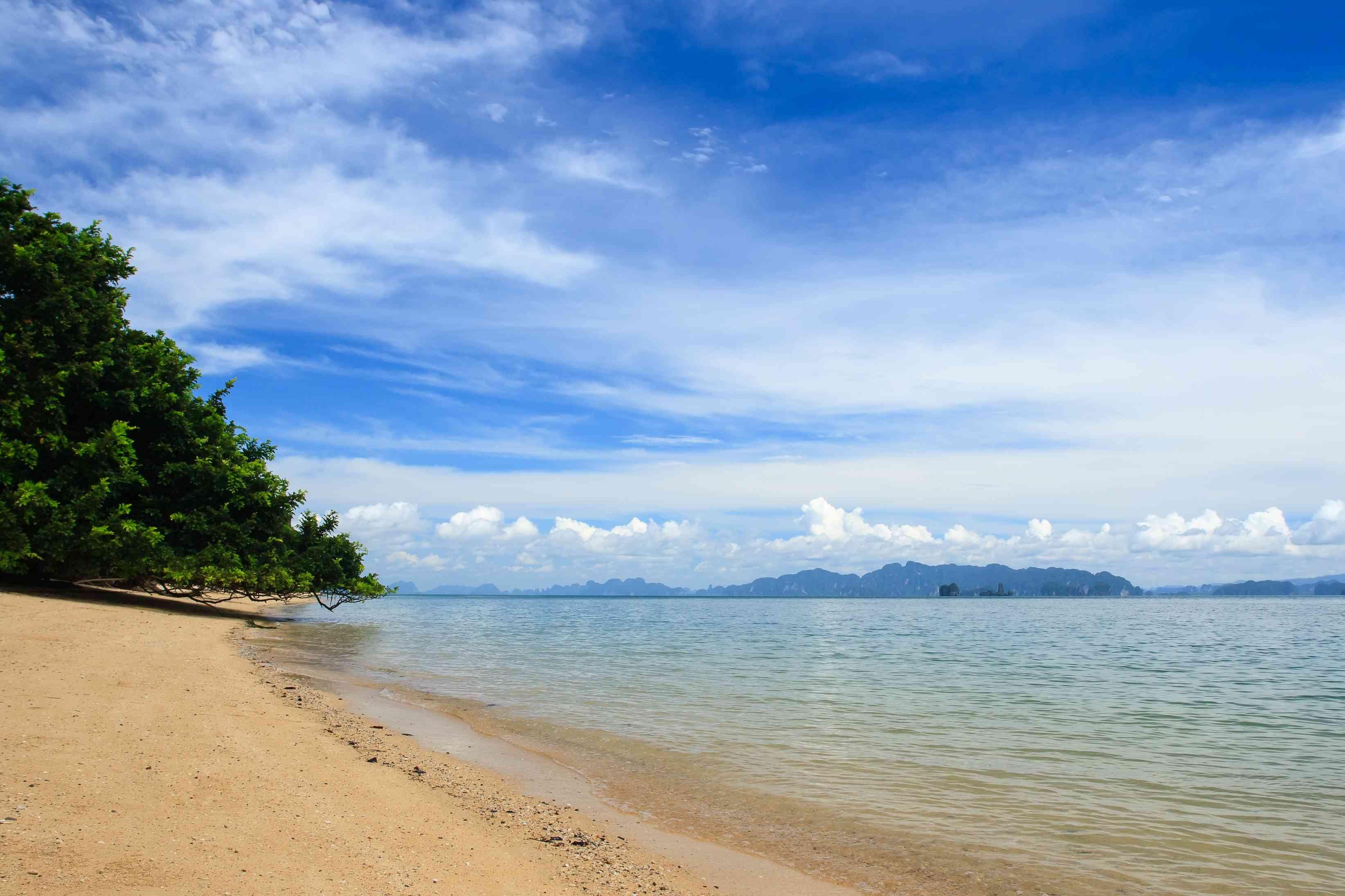 Vista al mar con Koh Yao Noi, Phang Nga, Tailandia