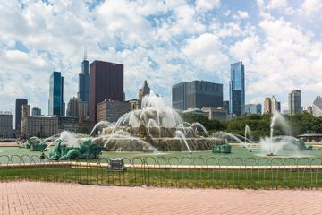 Buckingham Fountain with the Chicago skyline in the background