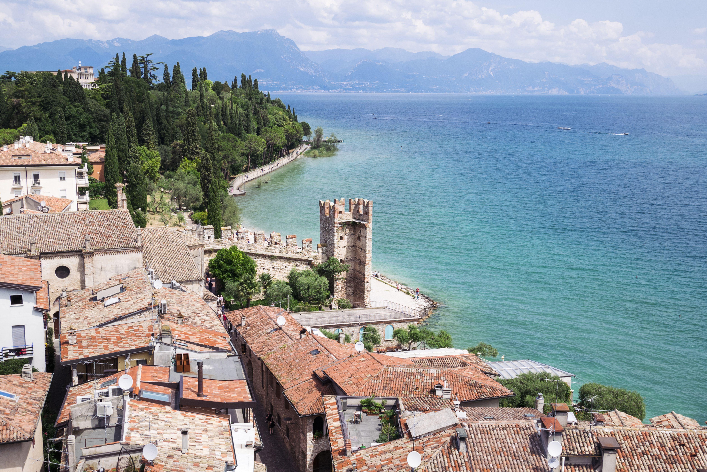 Italia, Lombardía, Provincia de Brescia, Sirmione, Lago de Garda, vista desde Castillo Scaliger