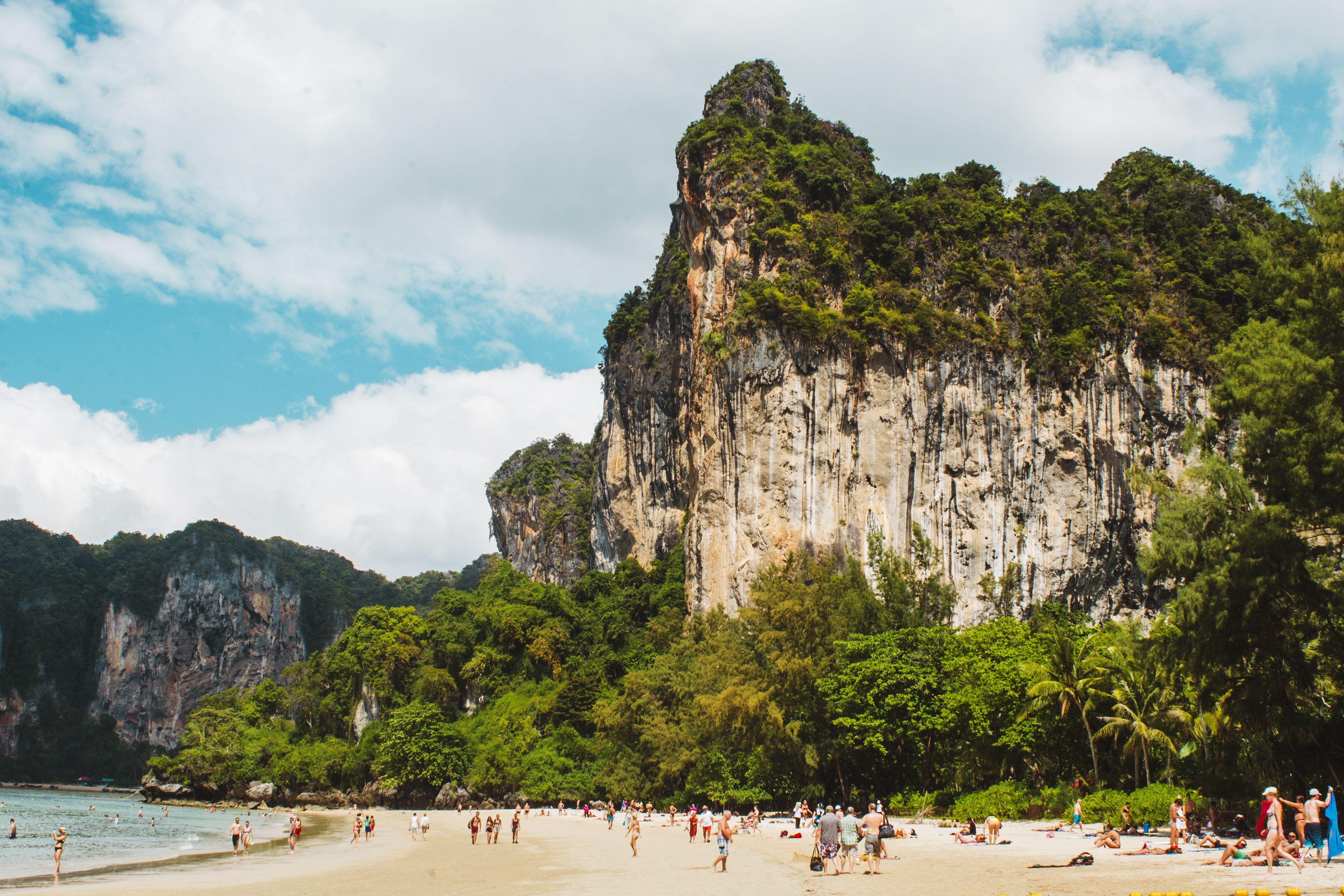 Playa y rocas calizas en Railay, Tailandia