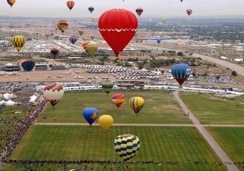 Hot air balloons soad above Balloon Fiesta Park