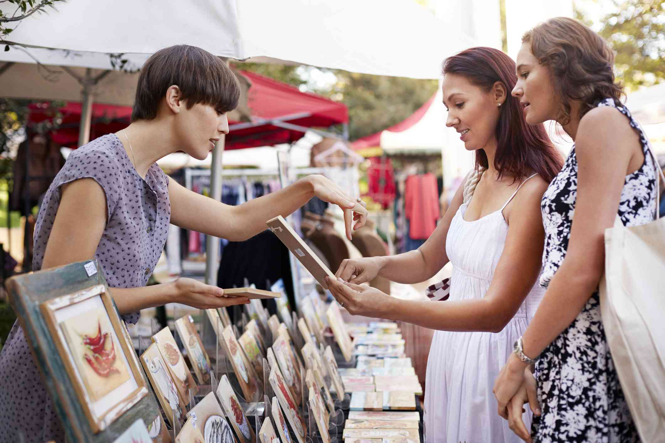 Mujeres comprando recuerdos en un mercado campestre, Sudáfrica