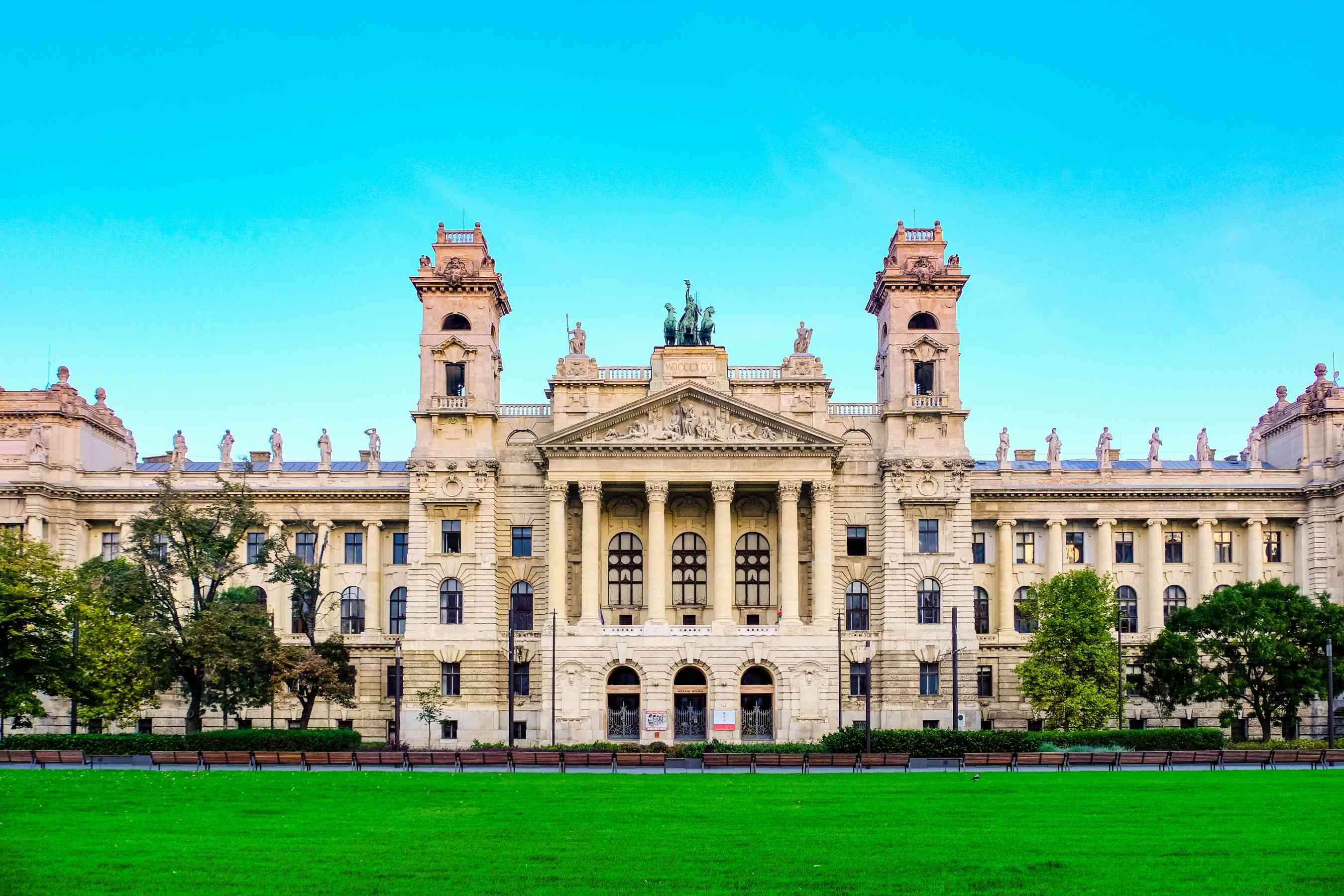 La fachada de un antiguo museo en Budapest