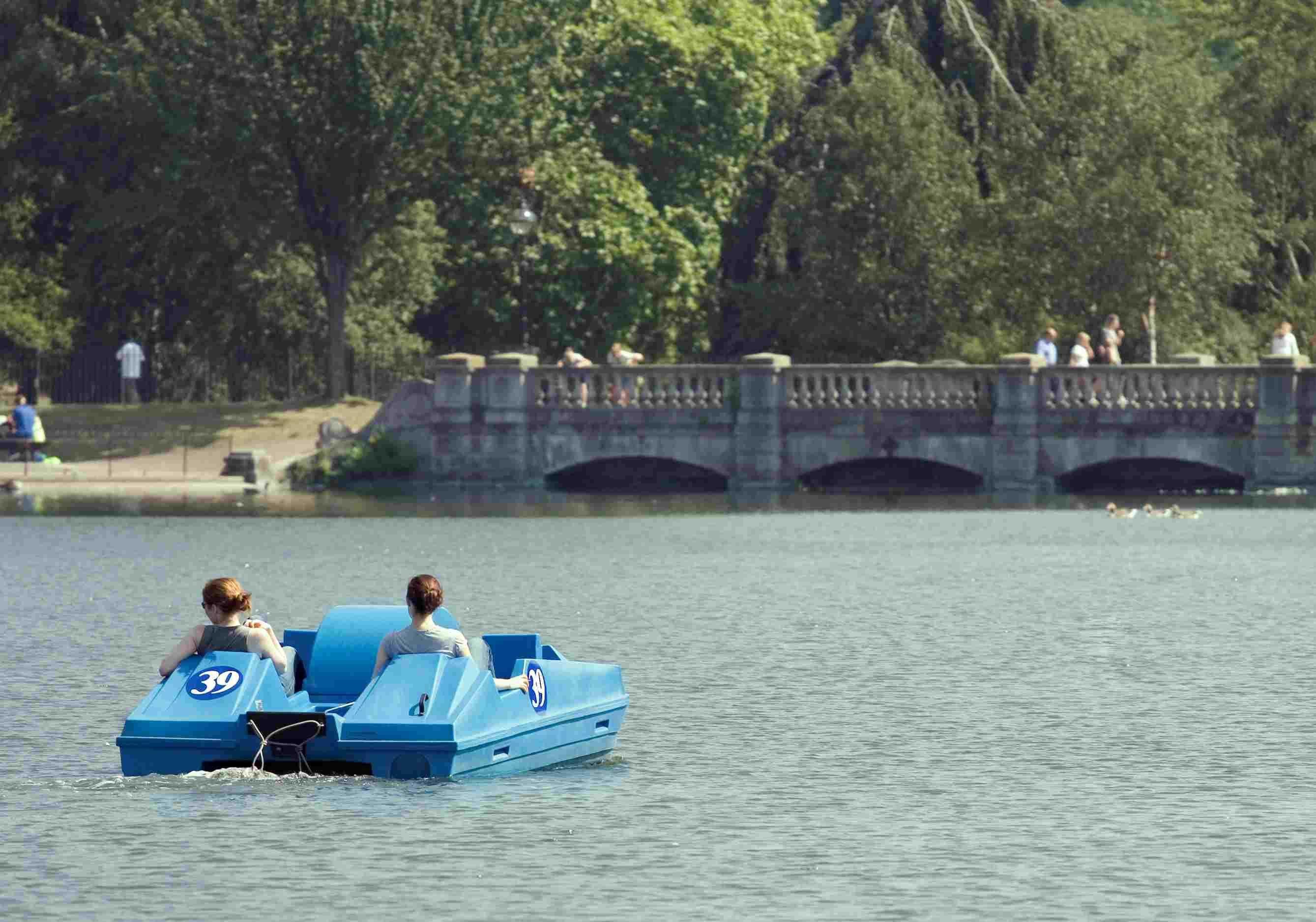 La gente rema en bote en Hyde Park en Los Ángeles, California