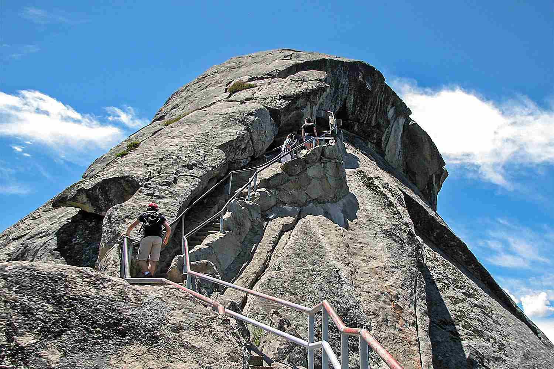 Đi bộ đường dài leo lên cầu thang trên Moro rock
