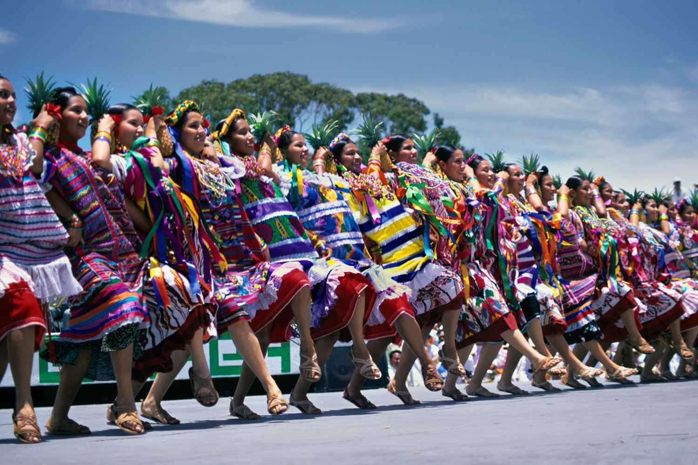 Bailarines que participan en Guelaguetza en Oaxaca