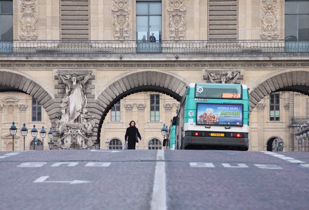 Paris city buses such as line 27 make stops at major attractions such as the Louvre