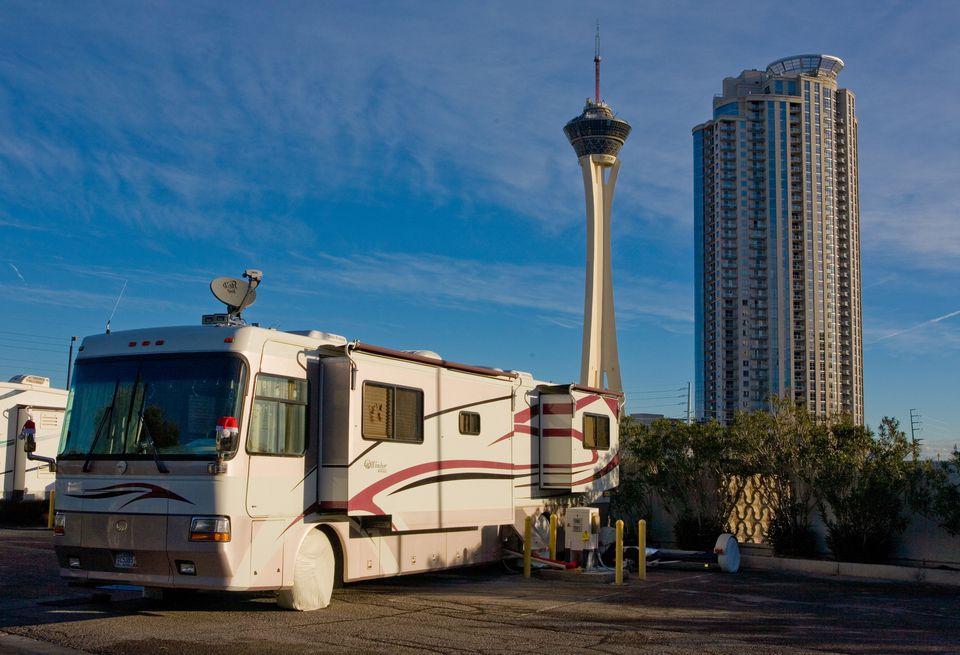 RV estacionado frente a The Stratosphere Hotel Tower en Las Vegas
