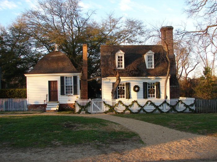 historic williamsburg home decorated for christmas - Williamsburg Decorated For Christmas