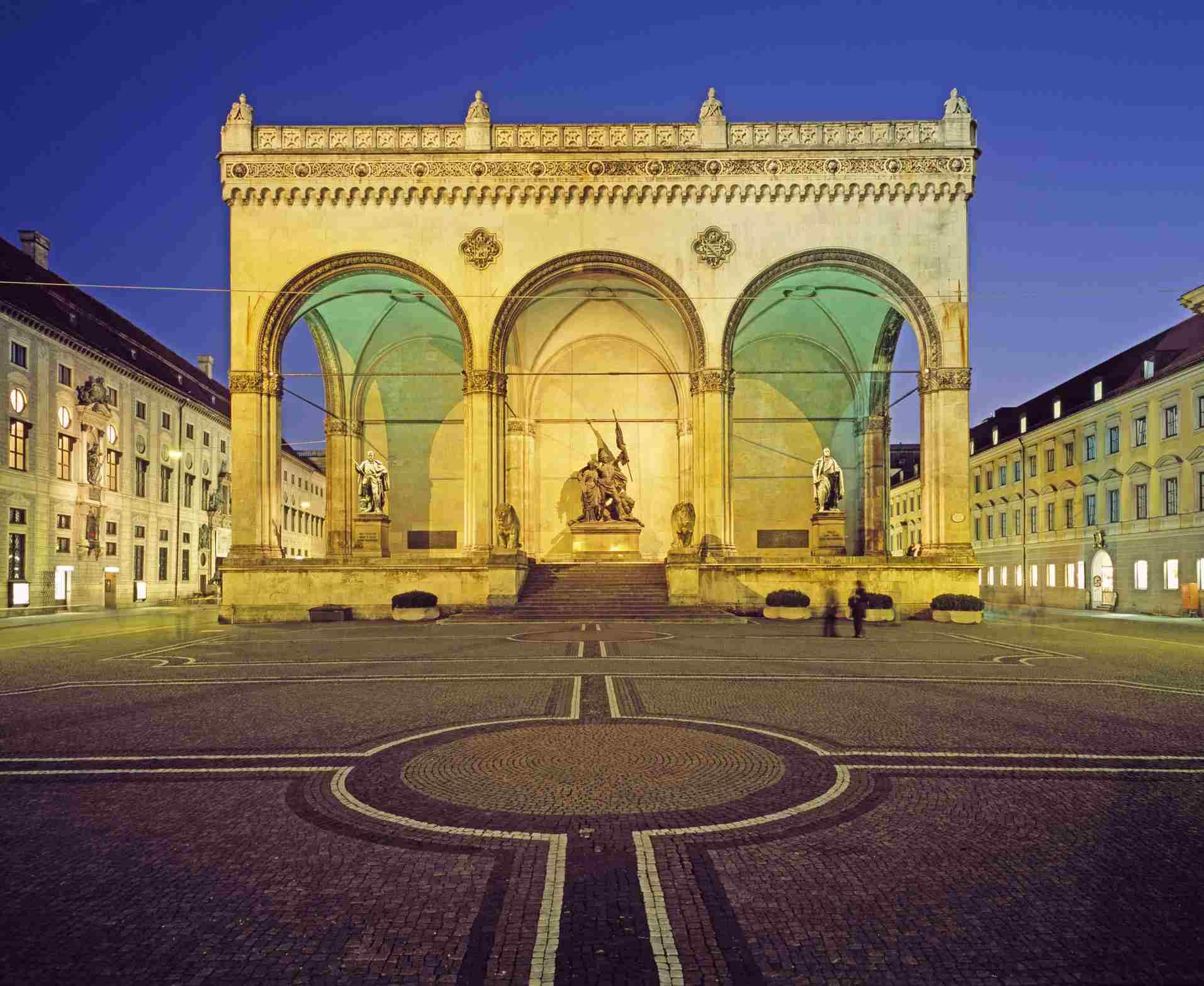 munichs odeonplatz - Munchen Must See
