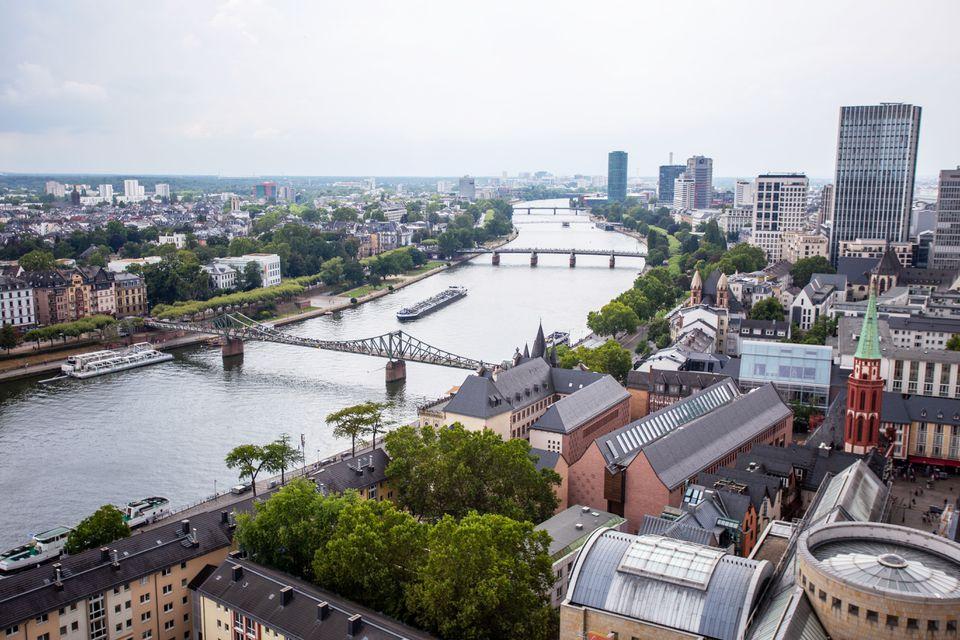 Vista aérea de Frankfurt a lo largo del río con árboles muy verdes
