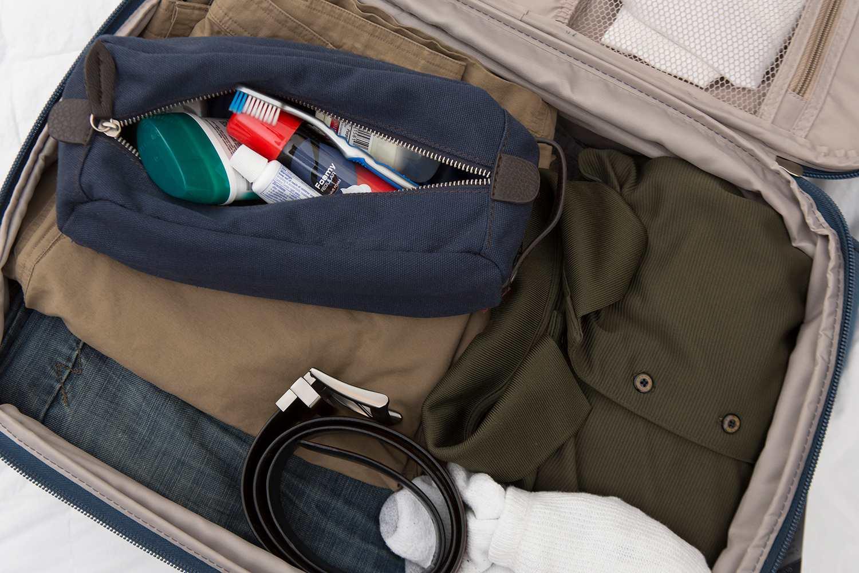 Artículos de tocador en una bolsa empacada