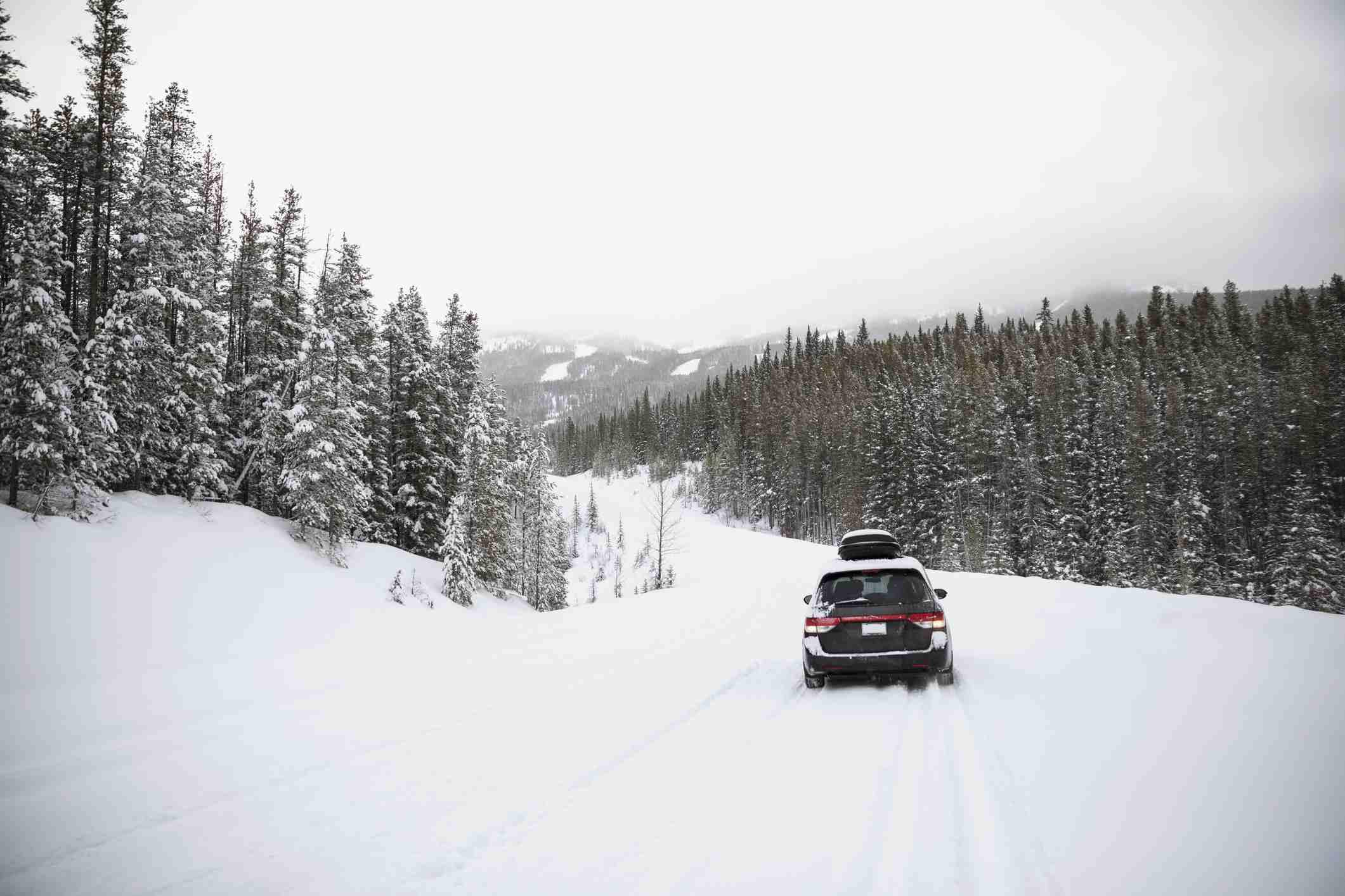 Conducir un automóvil en un lugar cubierto de nieve paisaje