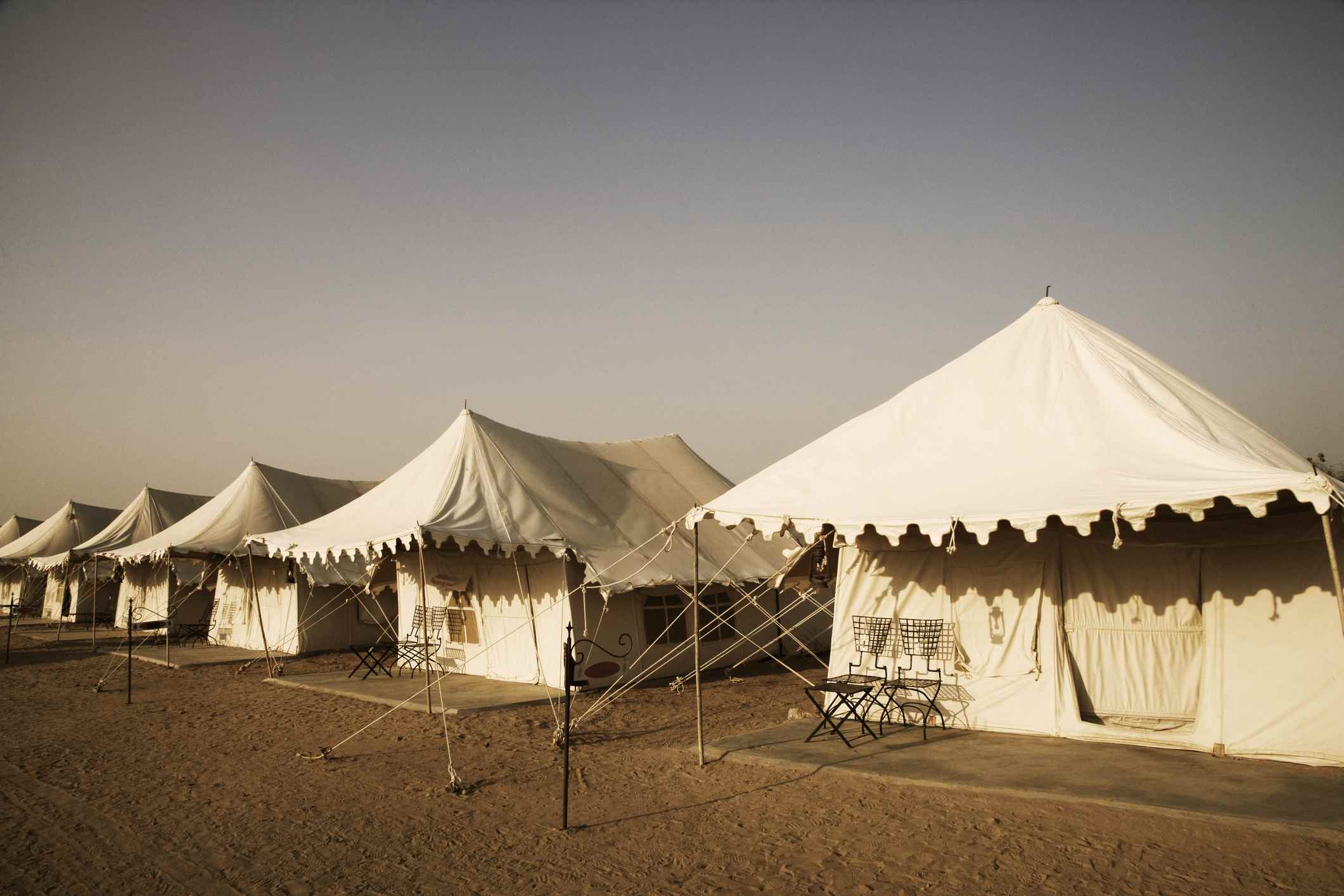 Tiendas de campaña en un paisaje, Jaisalmer, Rajasthan, India
